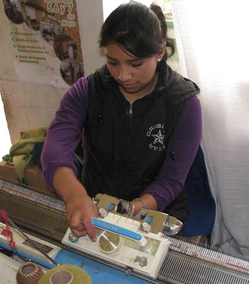 tejedora en máquina manual