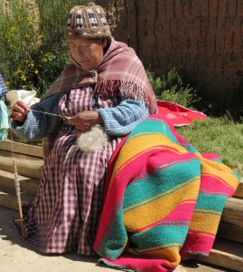 indigena aymara boliviana hilando