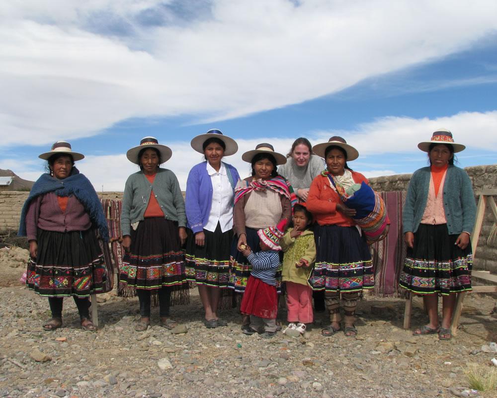 grupo de muejeres indigenas qaqachaca en Oruro-Bolivia. Prodictoras de textiles tradicionales rescatando técnicas ancestrales