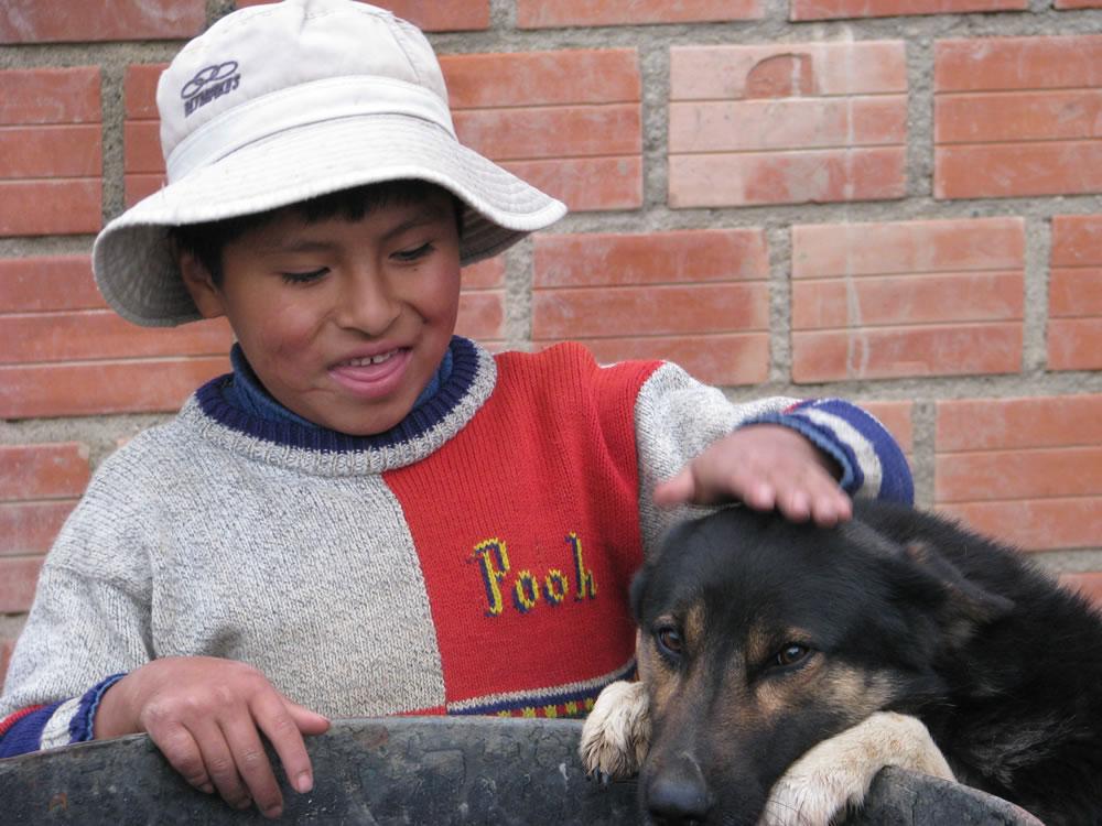El es Richar y su perro Bethiven, hijos de una atesana tejedora de Ayni Bolivia, Richard asiste a clases y tienen una mejor calidad de vida gracias al comercio justo.